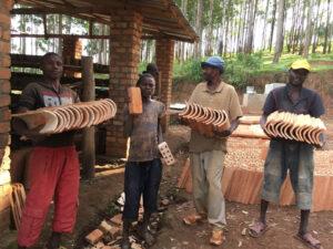 ブルンジ共和国にあるオンズ自立支援センターでは元子ども兵達が丈夫で質の良いレンガや瓦の生産・販売を第二の職業訓練として行っています