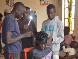 定期的な収入を目指しヘアドレッシングの訓練を開始しました【元子ども兵達が社会復帰できるためにブルンジ共和国にあるオンズ自立支援センターの活動】