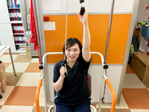 滑車によるストレッチで柔軟性を高める「椅子型上肢交互運動器」【リハビリデイサービス施設「リハトレ専科西戸山公園」】